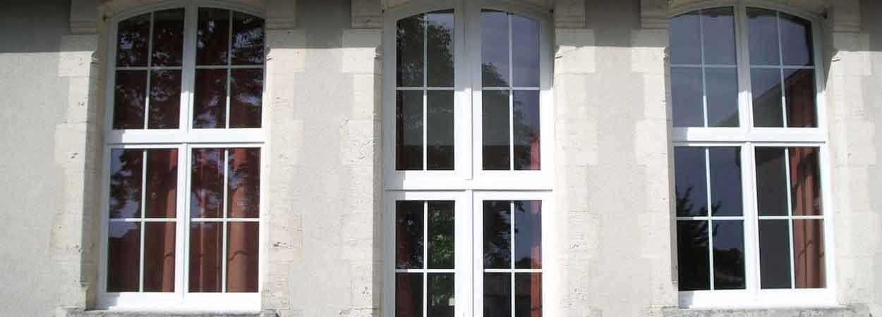 rénovation de porte fenêtre courbée d'une école