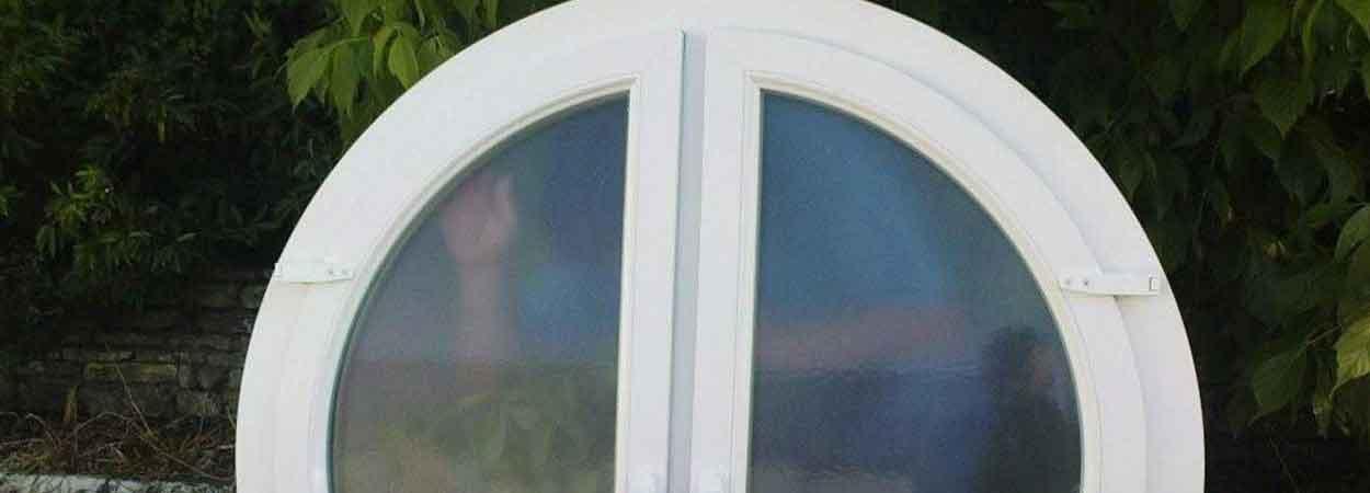 fenêtre ronde en pvc avec 2 vantaux occilo-battant