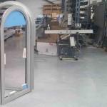fabrication fenêtre cintrée aluminium en atelier